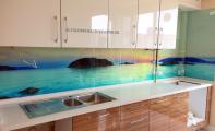 muhteşem mutfak tasarımları, mutfak arası için derzsiz çözümler, derz temizliğine son veriyoruz, doğa ve deniz baskılı mutfak arkası cam, kadıköy cam baskı, istanbul anadolu yakası  cam mutfak uygulama ve imalat,