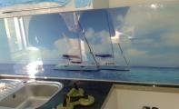 Triadoor Mutfak tezgah arası deniz resimli panel kaplama. Kişiye özel üretim yapılır. Triadoor markasıyla 3Boyut efekli olarak üretilen cam panel kaplamalar derzsiz olarak mutfağınızın ölçüsüne göre imal edilir. Triadoor cam paneller hijyeniktir, Triadoor cam paneller darbeye dayanıklıdır ve en önemlisi mutfağınıza değer katar. Siz buna değersiniz...
