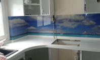 Mutfak Tezgah Dolap arasına resim basılmış Cam kaplamalar. Camlar kırılmaz , yanmaz,ısıdan etkilenmez , resim baskısı solmaz , çizilmezdir.