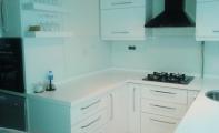Beyaz renkli mutfak arası cam uygulaması. İster manzara baskısı istersenizde düz renk baskılı tek parça mutfak panelleri için Triadoor tercih edin. Triadoor bir ALTAŞ GRANİT markasıdır.