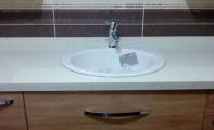 Çimstone midye kabuklu ,4cm kalınlık görünümlü banyo tezgahı. Çimstone sabun -traş köpüğü gibi ürünlerden etkilenmez, kolayca matlaşmaz.