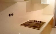 ÇiMSTONE Riviera (Midye Kabuklu) mutfak tezgahı ve tezgah arası panel kaplaması. Çimstone'nin deniz kabuklu modeli. Bir altasgranit uygulamasıdır.