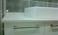 Cimstone banyo dolabı. Uluslar arası hijyen raporu sahibi Çimstone ürünler banyo tezgah ve zemin döşemeleri için sorunsuz kullanılabilir.Çimstone doğal bir üründür. Corian türü yapay alaşımlı malzemelerle kıyaslanamayacak kadar üstün bir üründür.