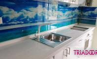 Çimstone Mutfak Tezgahı ve deniz resimli cam panel kaplaması. Denizlere kıyısı olan mutfaklar için Triadoor cam panel kaplamalar... Şık ,estetik ve hijyenik kullanım için Çimstone tezgah ve resimli cam panel kullanınız.