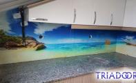 Mutfak tezgah üstü cam kaplama. Cam mozaik ve cam panel. Triadoor resimli fayanslar ve resimli cam paneller şık kullanımlar sunar. Tezgah arası üç boyutlu cam kaplama için Triadoor markasını seçiniz.