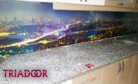 Triadoor mutfak arası cam kaplamalar 3 boyut efekti verilmiş kırılmaz yanmaz camdan imal edilmiş paneller mutfaklarınıza değer katacaktır.