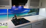 Deniz manzaralı mutfak arası cam, tezgah arkası resim
