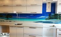 Dekoratif Mutfaklar. Mutfak tezgah arkası dekorlu cam panel kaplama. Calisco marka mutfak tezgahı ve triadoor cam panel uygulaması.