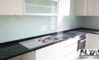 Granit mutfak tezgahi ve tezgah arkası fayans bölümüne tek parça beyaz cam uygulaması. Tezgah arası cam uygulamalarında derz boşluğu bulunmaz bu sebeple hijyenik ve temiz bir kullanım sağlar. İstenilen renkte yapılabilen cam panel kaplamaları kırılmaz ve yanmaz cam olan temperli camdan imal edilir. Mutfak arasında fayansa son modern tasarımlar ile Triadoor seçiniz.
