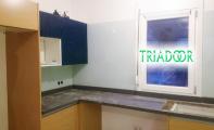 triadoor beyaz renkli cam panel kaplama. Sınırsız renk seçeneği imkanı sunan mutfak arkası cam panel seçenekleri.