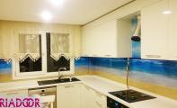 Mutfak tezgah dolap arası resimli panel uygulaması. Maldiv adalarının dalgaları tezgahınıza vursun .. Denize kıyı mutfaklar için TRIADOOR kullanın.. Triadoor mutfak arkası cam paneller...