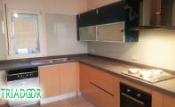 Kolay temizlenebilir modern , estetik mutfak çözümleri. TriadoorCam Panel kaplamaları ve çimstone mutfak tezgahları.