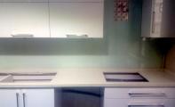 Beyaz cam kapalama mutfak tezgah arası, beyaz cam mozaik panel, beyaz cam fayans , mutfak arkası renkli cam uygulaması,krem renkli cam mutfaklar, renkli mutfak uygulamaları, mutfak arası cam panel, mutfak arası cam pano, mutfak arası cam uygulama  kadıköy yakası, anadolu yakası 3d cam panel, cam paneller, cam panel fiyatları, uygun fiyatlı mutfak arası çözümler