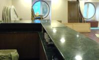 Granit Verde guetemala bar tezgahı kaplaması. granitin mermer dokulu ürün gruplarından olan Verde Guetemal Granit Uygulaması.