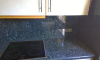 Granit Blue Pearl Mutfak Set ve Ara Panel Uygulama örneği. Granit yanmaz özelliği sayesinde ısıl işlemlere oldukça dayanıklıdır.Granit yüzeyi sıcaktan etkilenmez.