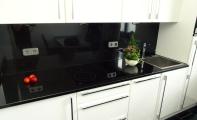 Doğal granit mutfak tezgahı uygulaması. Granit uzun ömürlü bir yüzey kaplama malzemedir.