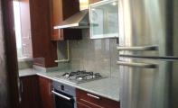 Granit mutfak tezgahı ve tezgah arkası alın kaplama. Granitin sert ve aşınmaz yapısın yanında tek dezavantajı sıvı emilimine müsait gözenekli yapısıdır.