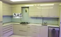 Orjinal Çimstone Arcadia beyaz mutfak tezgahı ve tezgah arkası duvar çözümü için ideal malzeme cam panel uygulaması. Mutfak yüzeyleri için teknoloji harikası kuvars ışıltısı sunan Çimstone tercih edilir. Çimstone granitle kıyaslandığında daha sert ve gözeneksiz bir üründür, bu gözneksiz yapısı sayesinde bakteri oluşumuna izin vermez. Yine aynı şekilde derzsiz - eksiz uygulanan cam paneller günümüzde çokça tercih edilmektedir.