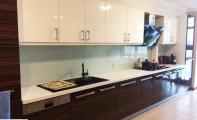 Eyüp Aratay dairesi mutfak tezgah ve cam panel uygulaması. Cam panel sağlıklı ve sağlam bir uygulamadır. ekyeri ve derz boşluğu olmadığından kir toplamaz ve kolayca temizlenebilir. Yüksek ısıda pişen camların kırılma ve çizilme direnci yüksektir.