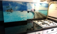 Mutfak tezgahı granit, siyah kristalli star galaksi granit mutfak uygulaması, mutfak tezgah arası 3d fayans paneli, resimli 3d cam pano ve granit mutfak yüzeyi