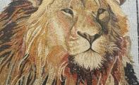 firma logolu mozaik kaplama, hayvan figürlü mozaik desenler, resili mozaik döşemesi, resimli duvar kaplaması