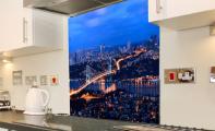 Mutfak tezgahı için resimli cam paneller. Mutfağınızda estetiği , hijyeni ve sağlamlığı bir arada yaşayın... Sizde Triadoor makasını seçin