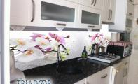 resimli mutfak tezgah arkası pano. Mutfakların çiçek bahçelerine açılan penceresi triadoor mutfak arası cam panelleri