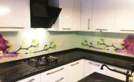 orkide desenli mutfak tezgah arası panel uygulamamız. Triadoor 3Boyut cam tezgah uygulaması cam mozaiklere göre temizlik ve görsellik bakımından oldukça üstündür.