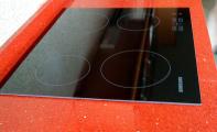 Çimstone kristal tanecikli kırmızı RECİFE modeli mutfak tezgah uygulaması. Parlaklığını kuvarsın doğal ışıltısından alan Çimstone, sonradan parlatma gerektirmez.