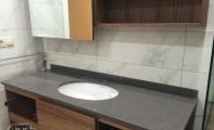 çimstone banyo tezgahı uygulaması Altaş Mermer Sanayi güvencesi ile hazırlanıyor. Lavabosu alttan montaj yapılmış bu modelde olduğu gibi tercihe göre üstten (ankastre) lavaboda monte edilebilir.
