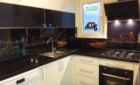 siyah renk Calisco mutfak tezgah seti ve gece şehir manzaralı dekorlu cam mutfak paneli uygulaması, triadoor dekoratif cam panel,