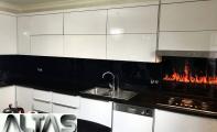 Çimstone mutfak tezgah arkası siyah alev desenli cam panel uygulaması. Tezgahta uyguladığımız cimstone -savana modeli mutfak tezgahı sonrası kırılmaz yanmaz extra camdan ürettiğimiz lazer baskı sistemiyle görsel uyguladığımız cam panel montajı yapılmıştır. Cam paneller  resim solma -çıka vs. deformasyonlara karşı 10 yıl garantilidir.