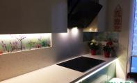 Çiçek bahçesine bakan mutfaklar. Çiçekler desenli çimstone tezgah üstü cam panel. Yenilikçi mutfak çözümleri. Yepyeni mutfak dekoru cam panel.