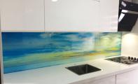 gökyüzü, deniz ve kumsalın oluşturduğu muhteşem renk ahengi Triadoor 3 boyutlu mutfak panelleri ile mutfaklarınızda odalarınızda hayat buluyor.  Özel üretilmiş kırılmaz-yanmaz camdan üretilen mutfak arası panellerimiz temizlenmesi kolay , hijyenik ve şık bir kullanım sağlar