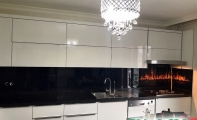 Alev desenli mutfak tezgah arkası cam uygulamamız. Binlerce renk -desen ve resim uygulaması seçenekleri mevcuttur. Firmamız Altaş dekoratif çözümler merkezi çimstone, clisco, sadestone, silestone, belenco ürünleri ile mutfak tezgah arası cam panel uygulamaları yapmaktadır.