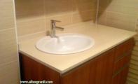 Çimstone kristal taneciklerle bezenmiş Sines ürününden imal edilmiş banyo tezgahı model uygulaması. Çimstone ruj - rimel -oje gibi ürünlerin lekesini yüzeyinde barındırmaz. Kolaylıkla yüzeyden temizlenir.