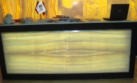 Beyaz onyx mermer karşılama bankosu,  siyah granit ve onyx mermerin mükemmel uyumu bar ve karşılama bankoları, ışık destekli onix mermer banko kaplaması