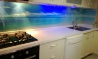 çimstone mutfak tezgahı ve tezgah-dolap arası resimli kırılmaz-yanmaz cam panel uygulaması