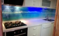 Resimli Mutfak Cam Kaplama. Üç boyut efekti tercih edilen mutfak tezgah arası cam panellerde en önemli hususlardan birisi kullanılan görselin çözünürlük kalitesidir. Firmamızın profesyonel grafikerlerinin dizayn ettiği tüm görsellerimiz HD kalitededir. baskıda solma, yıpranma, dökülme yapmaz.