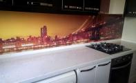 Cimstone Midye kabuğu desenli Riviera modeli mutfak tezgah uygulaması ve triadoor tezgah arası resimli cam panel kaplaması.