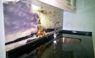 Mutfak tezgahının arkasına resimli kaplamalar. Triadoor cam panel uygulamaları.