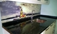 Granit star galaksi modeli mutfak tezgahı ve tezgah arası resimli panel kaplama uygulaması.