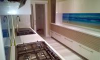 Mutfak tezgah arası cam panel uygulamalarında ve dekorasyon ile ilgili tüm detayları önemsemek daha iyi sonuçların ortaya çıkmasına imkan sağlar. Mutfaklarda kullanılacak olan mobilyalar modern, klasik ya da eski olabilir. Mutfaklarınız da yapacağınız küçük dokunuşlar iç açıcı, şık görünümlü ve ferah ortamların yaratılmasına olanak sağlar. Triadoor mutfak arası panelleri bu estetiği yakalamanızda sizin en büyük yardımcınız olacaktır
