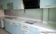 Mutfak ile tezgah arasında kalan bölüme estetik cam kaplama TRIADOOR. Mutfaklara derinlik katan kullanışlı ve estetik çözümler sunan Triadoor 3D mutfak cam kaplamalar