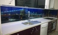 Mutfak için resimli cam mozaik markası Triadoor. Triadoor 3D cam panel uygulamalarında yüksek derecede ısıl işlem görmüş kırılma direnci en üst düzey camlar kullanılır. Resim desen yada renk baskısı camın duvara gelen arka yüzüne yapılır. Ultraviole ışın destekli baskı solmaz, yanmaz yıllarca canlılığını muhafaza eder.