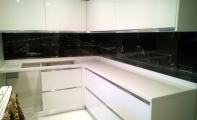 Tezgah arkası resim baskılı panel camlar Triadoor markasıyla anılır.  mutfak tezgah arası seramik taşları modelleri, mutfak tezgah arası cam kaplama fiyatları, mutfak tezgah arası cam mozaik modelleri bütün olduğu için temizliği kolaydır.
