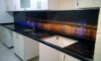 Dekoratif desenli sanatsal cam mutfak kaplamalar. Tezgah cam mozaik kaplama.