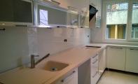 Mutfak dolap arası renkli , tekparça cam kapalama. TRIADOOR. RAL katoloğundan seçtiğiniz renk panel cama işlenerek mutfağınıza uygulanır. Sonuç kusursuz bir görünüm , hijyenik bir kullanım.