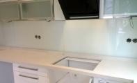 Temperli Clear camdan imal edilen mutfak arkası yekpare cam kaplama. Size özel renk - desen -resim baskı seçenekleri  ile daha şık daha hijyenik mutfaklar elde edebilirsiniz.