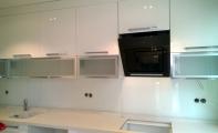 Mutfak tezgahı dolap arası cam pano kaplama. Led işıklandırma ile mükemmel bir derinlik sağlar. Cam panel kırılmaz- yanmaz (temper)camdan imal edilir. Çizilmez ve çok kalay temizleme imkanı sunar.